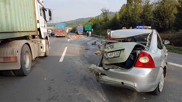 Anadolu Otoyolu Sapanca mevkisinde meydana gelen kazada, araç kullanılmaz hale geldi.