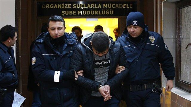 Operasyonla gözaltına alınan isimler, polisler eşliğinde adliyeye sevk edildi.