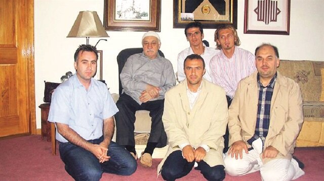 Eski futbolcu Arif Erdem'in terör örgütü elebaşıyla birlikte çekilmiş fotoğrafları ortaya çıkmıştı. Yere diz çökerek oturan Erdem'in üzerindeki pardesünün ise Gülen'in daha önce giydiği pardesüyle benzerliği dikkat çekmişti.