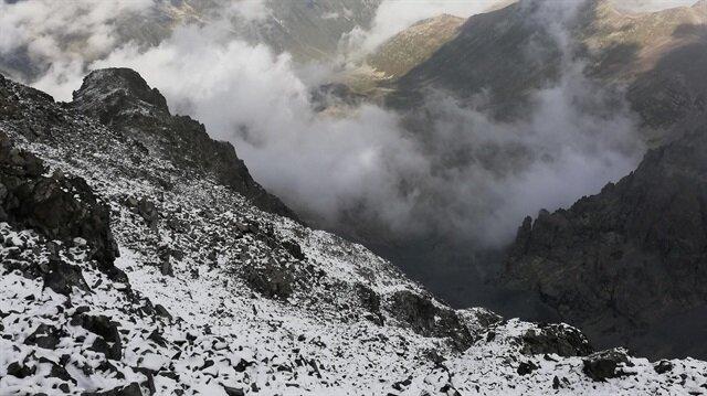 Yağan karla birlikte dağın zirvesi beyaza büründü.