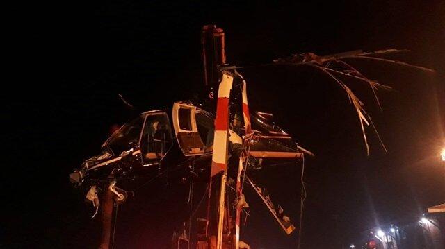 Denizden çıkarılan helikopterin enkazı çekicilerle taşındı.