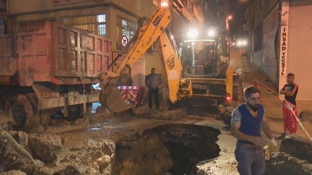İstanbul Aksaray'da yol çöktü yol trafiğe kapatıldı