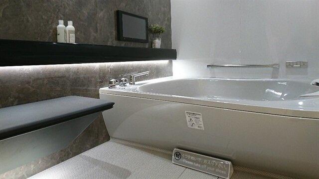 Banyo, dışarıdaki hava durumuna göre küvetin ışığını ayarlayabiliyor.