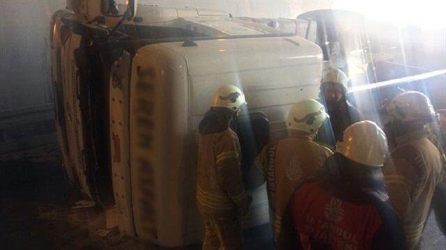 Bölgeye ulaşan ekipler, kamyon içerisindeki 2 kişiyi kurtararak sağlık ekiplerine teslim ettiler.