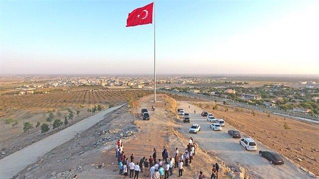 Ceylanpınar'daki hakim bir tepeye dikilen dev Türk bayrağı çok geniş bir alandan rahatlıkla görülebiliyor.