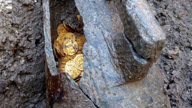 Eski bir amfi tiyatroda yapılan kazıda antik döneme ait altın sikkeler bulundu. Taş bakraç içinde bulunan sikkelerin Roma İmparatorluğu'nun son dönemlerinden (5.yy) kalma olduğu tespit edildi.
