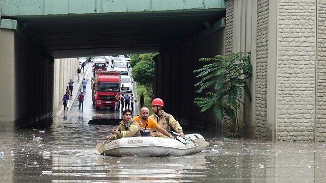 Etkili sağanak Hadımköy'deki alt geçitte araçların suda mahsur kalmasına neden oldu.
