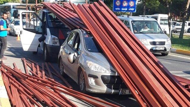 Kırmızı ışıkta bekleyen otomobilin üstüne demir profillerin düştüğü görüldü.