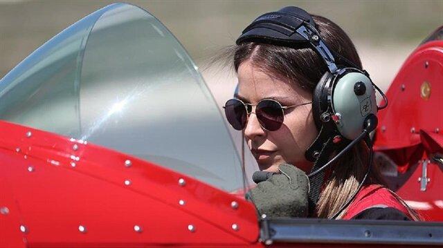 Semin Öztürk Şener, Türkiye'nin tek sivil kadın akrobasi pilotu.