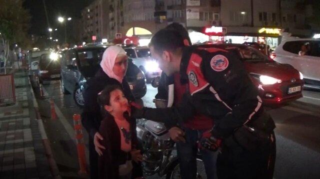Ağlayan Suriyeli minik kızı polis ağabeyi teselli etti