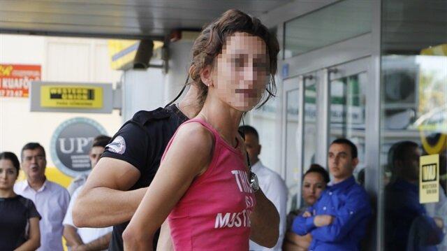 Antalya'da banka kartı ATM'ye sıkışan kadın önce banka çalışanlarına ardından polise saldırdı.