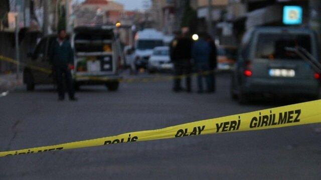 Olayın ardından bölgeye giden polis ekipleri evi güvenlik şeridiyle çevirdi. Arşiv.