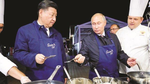 Putin, Vladivostok'ta ağırladığı Çin lideri Şi Cinping'e Rus yemeklerini tattırdı.
