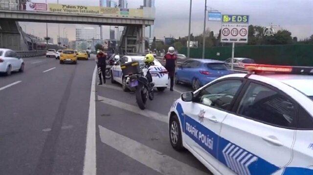 Yaralanan polisler, olay yerine gelen ambulanslarla hastaneye kaldırıldı.
