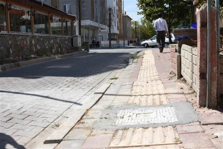 Çanakkale Belediyesi yetkilileri ise, geçtiğimiz pazar günü yaşanan olayla ilgili olarak belediyeye ihbar gelmediği ifade etti. Belediye ekipleri tarafından kaldırım üzerindeki kapak düzenleme çalışması yapılarak yenilendi.