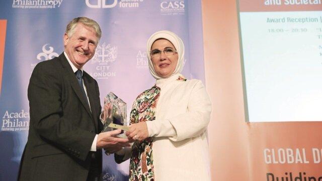 Emine Erdoğan'a Londra'da İnsani Hizmet Takdir Ödülü