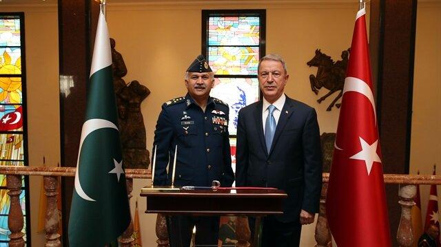 وزير الدفاع التركي أثناء استقبال  قائد القوات الجوية الباكستانية