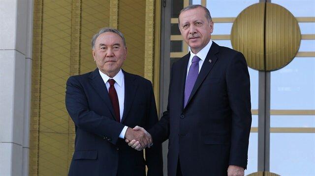 الرئيس التركي أثناء استقبال نظيره الكازاخي