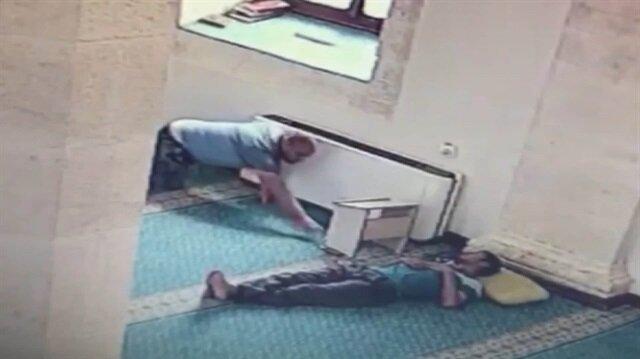 Camide sürünen hırsız uyuyan adamın telefonunu çaldı