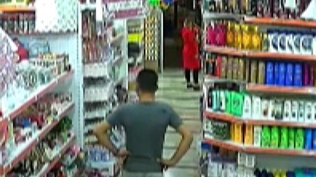 Kadınları döverek cep telefonlarını gasp eden hırsız kamerada