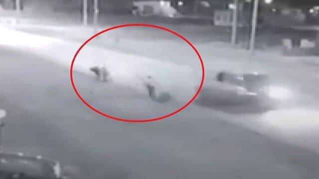 Hızla gelen araç çarptığı 3 kişiyi havaya uçurdu!