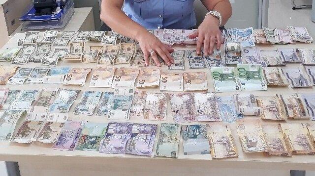 Dilenciden değeri yaklaşık on iki bin Türk Lirasını bulan dövizler çıktı.