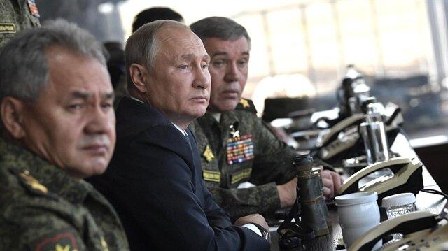 Vladimir Putin (C)