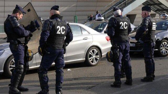 Fransa'nın güneyinde 32 yaşındaki bir şahsın kullandığı araç yaklaşık bir bar çıkışında 50 kişinin olduğu kalabalığın arasına daldı.
