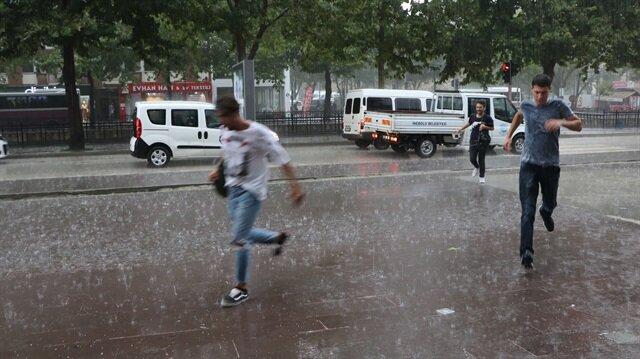 Kentte dün etkili olan dolunun ardından bugün de devam eden şiddetli yağış, yaşamı olumsuz etkiledi.