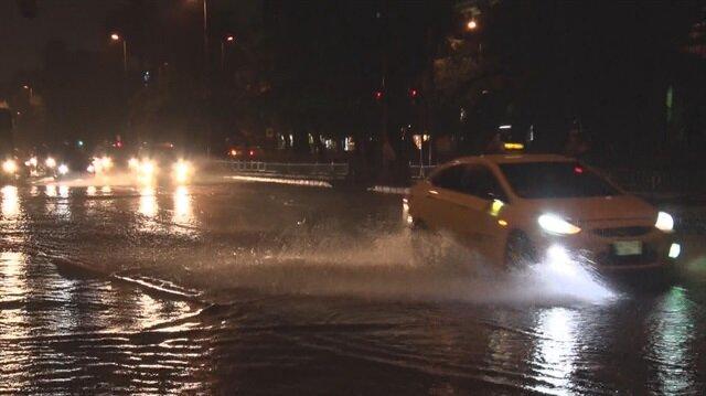 İstanbul'da etkili olan sağanak yağışlar vatandaşlara zor anlar yaşattı.