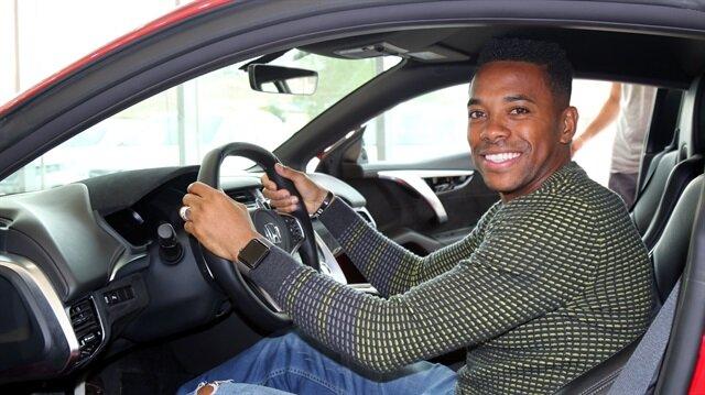 Robinho lüks aracın koltuğunda keyifli anlar yaşadı.