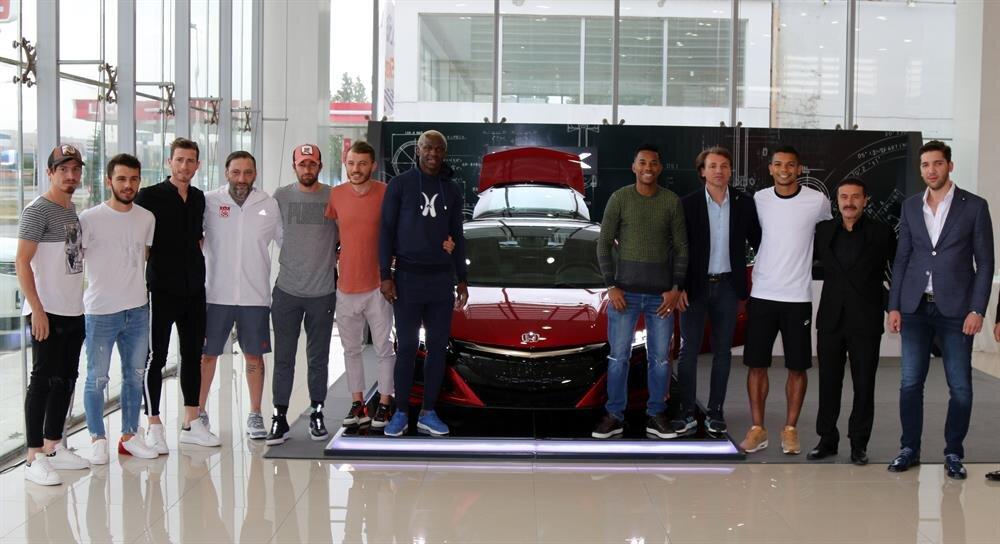 Aracın tanıtım törenine teknik direktör Tamer Tuna ve futbolcular katıldı.