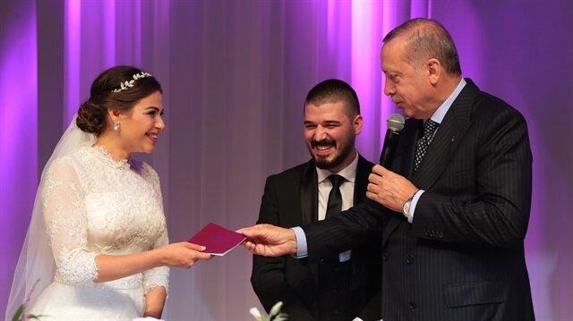 Başkan Erdoğan, evlilik cüzdanını gelin Dilan İnaç'a verdi.