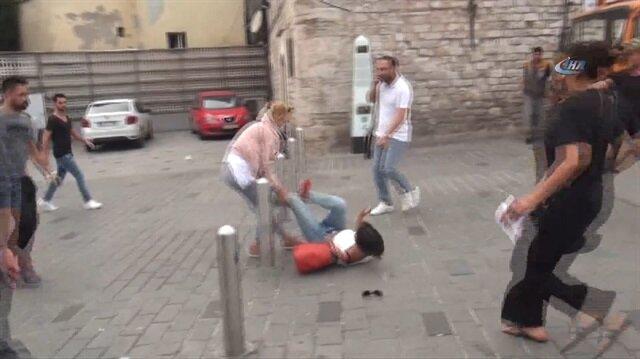 Taksim Meydanında kızların omuz atma kavgası kamerada
