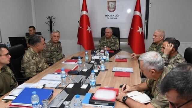 Genelkumrmay Başkanı Yaşar Güler ile Kara Kuvvetleri Komutanı Orgeneral Dündar sınır birliklerinde incelemelerde bulunuyor.