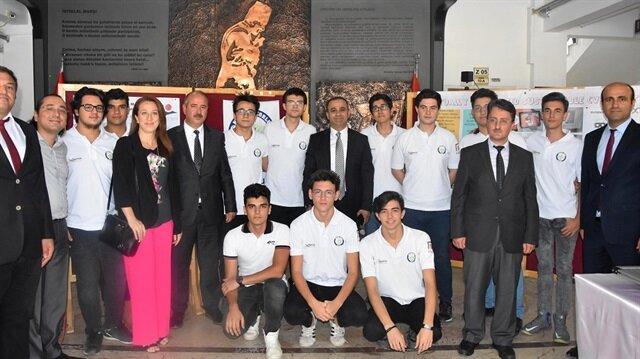 İzmir Milli Eğitim Müdürü Ömer Yahşi, okulu ziyaret ederek öğrencileri teşvik, hocalarını ise tebrik etti.