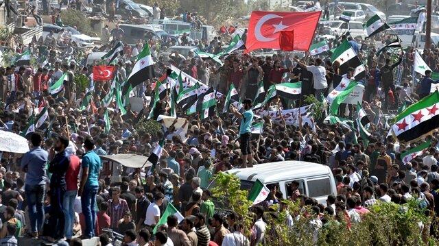 """Göstericiler """"Biz buradayız, dik duruyoruz, biz özgürüz. Teröristler Şam'da. Devrimi başaracağız"""" dedi."""