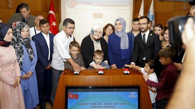 Aile, Çalışma ve Sosyal Hizmetler Bakanı Zehra Zümrüt Selçuk, şehit aileleri, gazi ve gazi yakınlarıyla birlikte butona bastı.