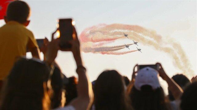 Türk Hava Kuvvetlerinin akrobasi timi SOLOTÜRK, vatandaşları büyüledi