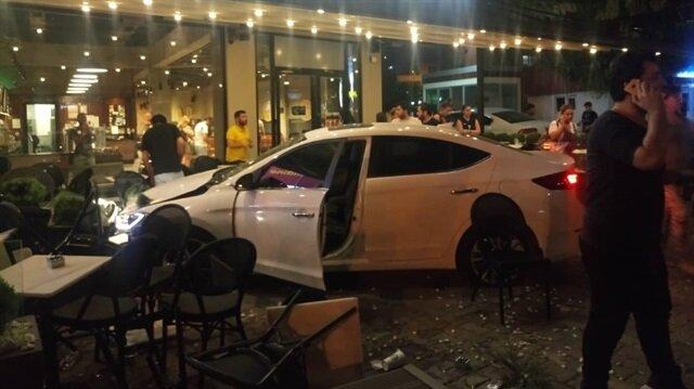 01 EVU 52 plakalı otomobil sürücüsü, direksiyon hakimiyetini kaybederek çok sayıda vatandaşın bulunduğu kafeye daldı.