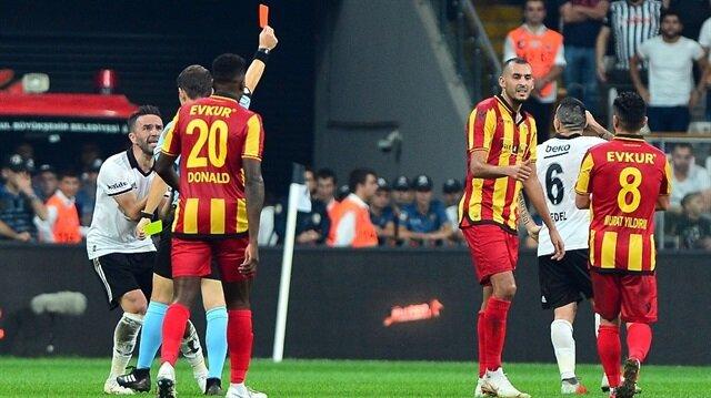 Beşiktaş'ta kırmızı kartla oyun dışında kalan Gary Medel, Fenerbahçe derbisinde forma giyemeyecek.