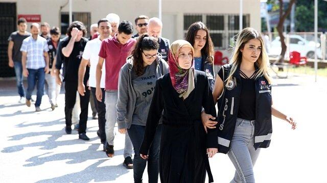 Adana'da yakalanan FETÖ mensupları polis ekiplerince emniyete götürüldü.