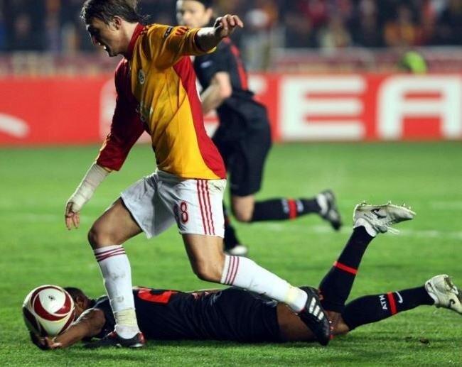 Rocchi, Atletico Madrid'li oyuncunun ceza sahası içerisinde topa elle yaptığı müdahaleye devam kararı vermişti.