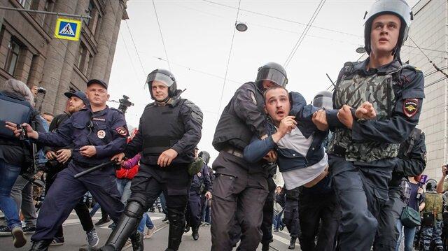 Rusya'nın Moskova ve St. Petersburg kentlerinde 'emeklilik reformu' protestoları düzenleniyor. Gösterilerde 800 kişi gözaltına alındı. (Fotoğraf: Reuters)