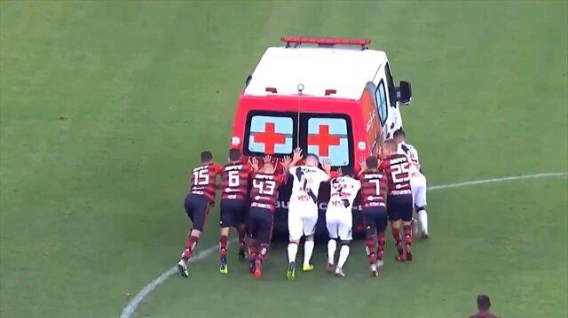 Sahada bozulan ambulansı futbolcular vurdurarak çalıştırdı