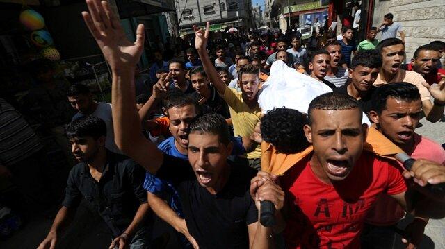 Gazze'nin güneyindeki Han Yunus kentinin doğu sınırında geçen ay düzenlenen barışçıl gösterilerde yaralanan ve dün şehit olan Suheyb Abdusselam Ebu Kaşif (16) için cenaze töreni düzenlendi.