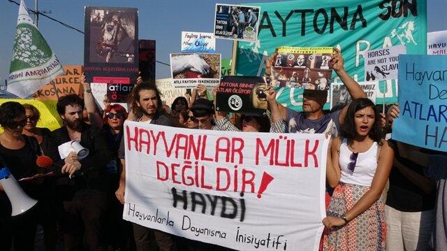 Hayvanseverler, 'Faytondan İn Bisiklete Bin', 'Faytona Son Atlara Özgürlük' gibi pankartlarla, vatandaşlara çağrı yaptı.