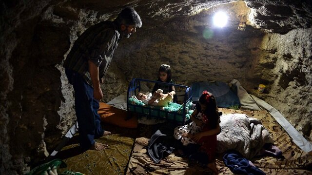 İdlib'de siviller evlerinin altına sığındı
