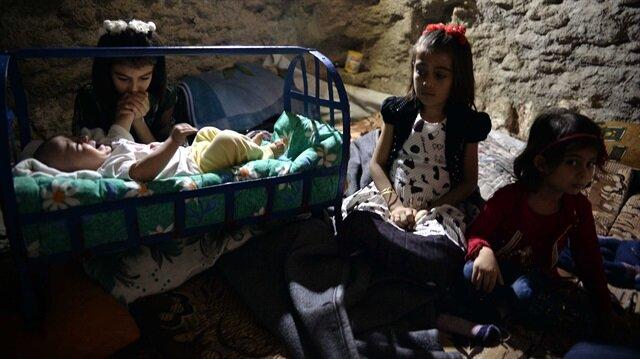 Esed rejiminin saldırısı altındaki Suriye'nin İdlib kentinde, siviller hava saldırılarından korunmak için evlerinin altını sığınağına çevirdi. Tedirginlik yaşayan siviller, uçak sesi duyunca evlerini terk ederek sığınağa girerek kendilerini korumaya çalışıyor. (Fotoğraf: DHA)