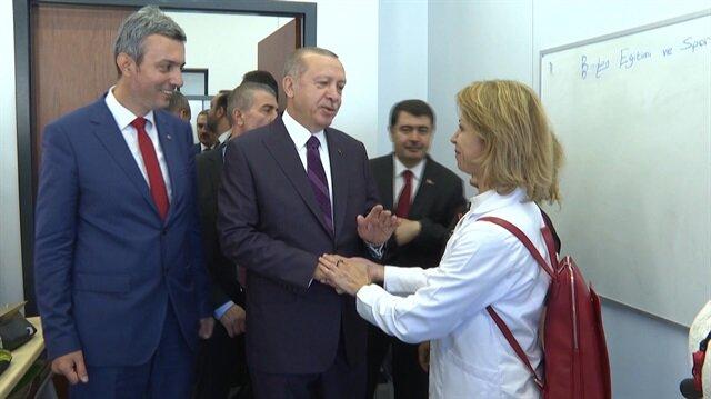 Cumhurbaşkanı Erdoğan elini öpmek isteyen öğretmene böyle karşılık verdi